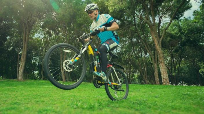 תמונת רקע אופני הרים חשמליים בנסיעה בפארק
