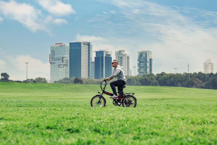 אופניים חשמליים טורו של גרין בייק בנסיעה בפרק הירקון