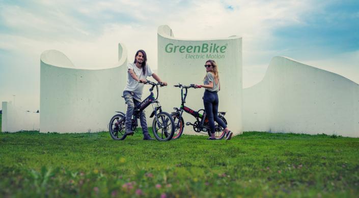 2 רוכבים על אופניים חשמליים של חברת גרין בייק- קולט וטורו
