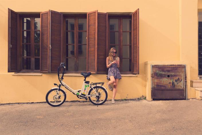 דוגמנית ליד אופניים חשמליים סיטי פרימיום של גרין בייק
