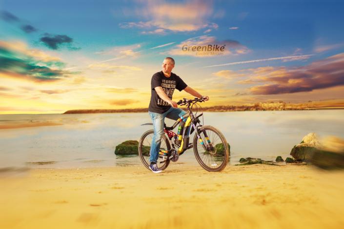 אופני הרים חשמליים אנדורו על רקע הים