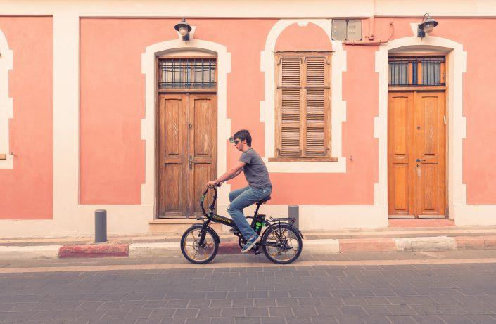 """צילומי חוץ רקע של אופניים חשמליים בת""""א"""