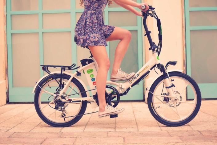תמונת רקע דוגמנית על אופניים חשמליים גרין בייק של סיטי פרימיום