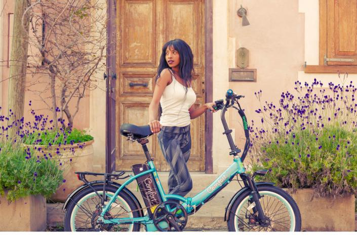 דוגמנית אופניים חשמליים קומפורט בצבע תכלת